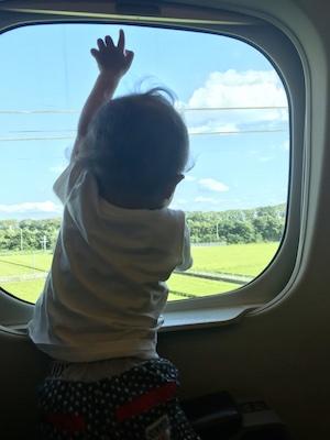 新幹線に初めて乗る子供