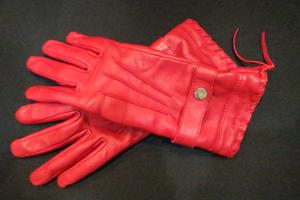 赤い革の手袋