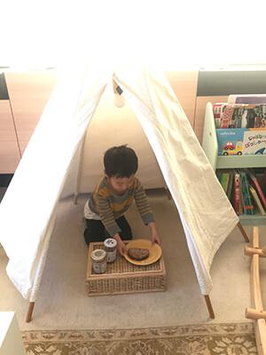 テントで一人、ご飯を食べる3歳男児