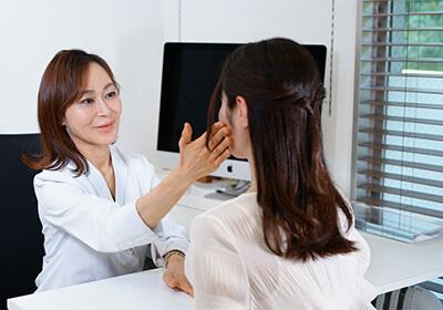 診察写真美容皮膚科女医ヒアルロン酸注射の診察風景写真
